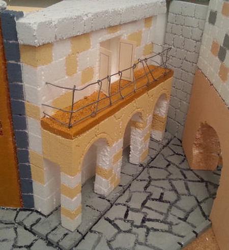 Presepe in polistirene balconata porte ringhiera
